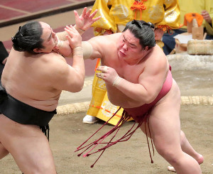 隠岐の海(左)を突き出しで下し優勝を決めた大栄翔(カメラ・清水 武)
