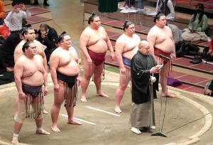 土俵上であいさつする八角理事長(カメラ・清水 武)