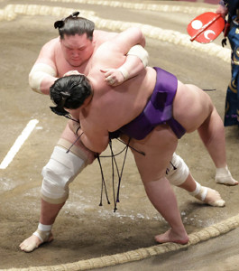 照ノ富士(左)がすくい投げで明生を下す