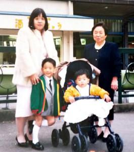 兄・一直さん(左下)の七五三参りで明治神宮を訪れた当時1歳の大栄翔(左上は母・恵美子さん、右上は祖母・三江さん=家族提供)