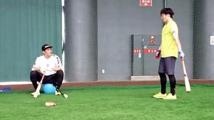 今月15日、合同自主トレで、巨人・坂本(左)と話す阪神・北條(阪神球団提供)