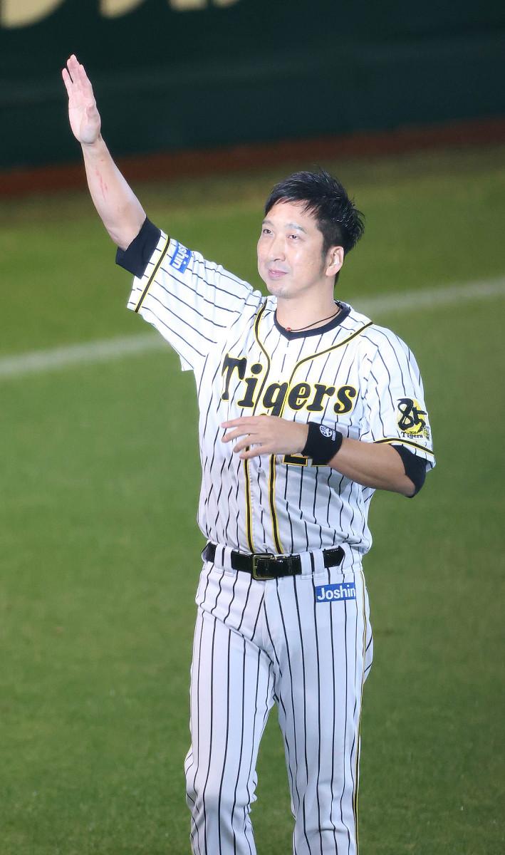 昨年の引退セレモニーでファンの声援に応える藤川球児氏