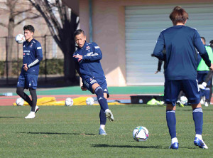 新シーズン始動でトレーニングに励むMF喜田拓也(中央)