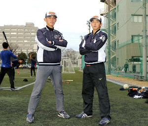 共にプロ入りを目指す静岡大・石田と井手(左)