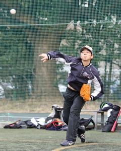 キャッチボールする石田