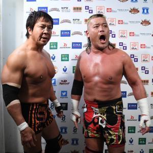 25日の試合後に吠える天山広吉(右)と小島聡(新日本プロレス提供)