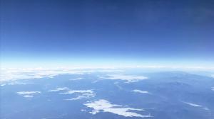 飛行機から水平線を撮影して地球は丸いことを再確認しました。平和な世界を願ってこの写真を選びました(photo by Kurihara)