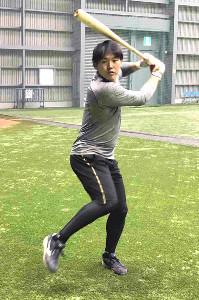 打撃練習を行う安田(球団提供)