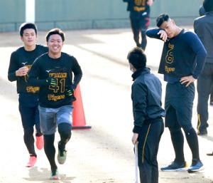 長距離走を途中で回避したドラフト1位の佐藤輝(右端)を笑顔で追い抜く同5位の村上(手前左=左端は同7位の高寺)