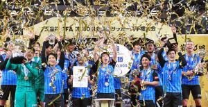 今年1月の天皇杯で優勝し歓喜する川崎イレブン