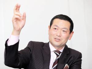 スポーツ報知のインタビューに応じる桑田チーフ投手コーチ補佐