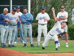 95年、ベロビーチ・キャンプでラソーダ監督(左)らが見守る中、初めて投球練習をするドジャース・野茂(右手前)