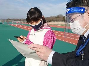 兵庫・小野市の陸上競技場でスマホでの確定申告に臨んだ田中希実