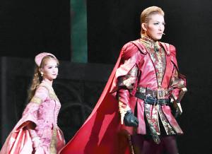 兵庫・宝塚バウホールで初日を迎えた花組公演「PRINCE OF ROSES」の一場面。決戦に向かうヘンリー(聖乃あすか、右)を見送るイザベル(星空美咲)