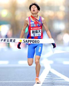 3分19秒差を逆転され、2位でゴールした創価大アンカー小野寺勇樹