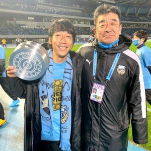 2020年11月25日のG大阪戦でリーグ優勝した後の川崎MF中村憲剛(左)と庄子春男GM(当時、庄子氏提供)