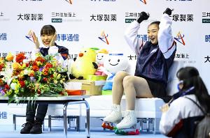 成年女子フリーの演技を終え、「キス・アンド・クライ」で三原舞依(左)と喜ぶ坂本花織(代表撮影)