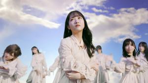 YouTubeのプレミア公開で「独り言で語るくらいなら」のミュージックビデオを解禁するSTU48(中央は石田千穂)