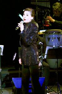 昨年1月のコンサートで歌う峰さを理さん。今年の舞台も決まっていたが出演はかなわなかった