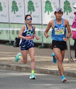 周回コースでペースメーカーの川内優輝(右)と共に走る一山麻緒(カメラ・豊田 秀一)