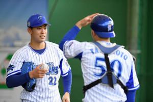 ブルペンでの投球を終え、捕手の山本祐大(50番)と話をするドラフト1位ルーキー入江大生(左、現場代表撮影)