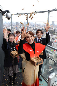 通天閣展望台で福豆まきを行った紅ゆずる(中央)、桑野藍香(左)、竹下健人
