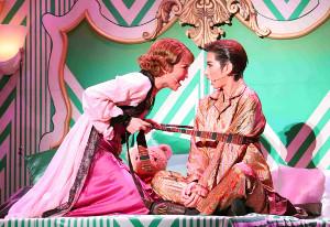 大阪・梅田芸術劇場メインホールで初日を迎えた宝塚歌劇花組公演「NICE WORK IF YOU CAN GET IT」の一場面。ジミー(柚香光、右)に色仕掛けで迫るビリー(華優希)