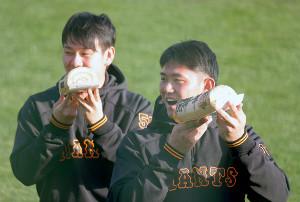 節分の日にちなんで、恵方巻き風のロールケーキを手にする平内龍太(右)と伊藤優輔