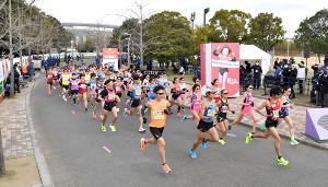 第40回大阪国際女子マラソンで一斉にスタートする選手ら