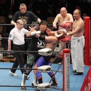 ジャイアント馬場23回忌追善興行の8人タッグマッチで初遭遇した大仁田厚と2代目タイガーマスク(カメラ・佐々木 清勝)