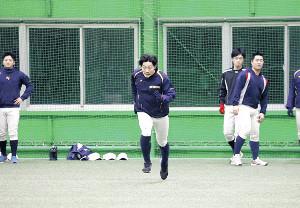 室内練習場でダッシュする八戸学院大・清水健斗