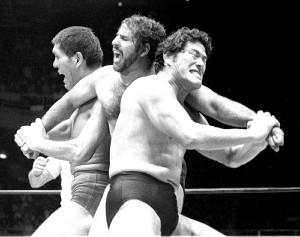 「夢のオールスター戦」で共闘したアントニオ猪木(右)とジャイアント馬場(左)(中央はタイガー・ジェット・シン、79年8月26日)