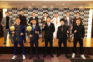 「Day.1」大会への出場が発表された選手たち(前列中央は中村プロデューサー)(C)K-1