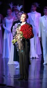 宝塚大劇場で上演された雪組千秋楽で、退団あいさつし、涙ぐむトップスター・望海風斗