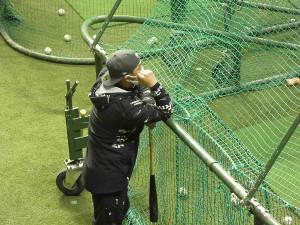 夜間練習で阿部慎之助2軍監督はケージの後ろから指示を出した