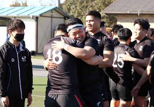 卒部試合を終え、部員と抱擁を交わした天理大・フランカー松岡大和(左から3人目)