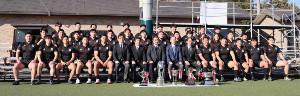 卒部試合後、記念写真に納まった天理大ラグビー部の4年生部員たち