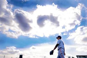 沖縄の青空の下で練習する菅野(カメラ・矢口 亨)