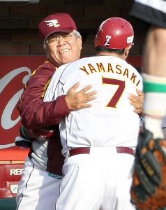 09年、激動のシーズンを送った野村克也監督。CS第1ステージ第2戦では本塁打を放った山崎武司と抱擁した