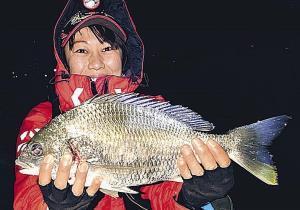 キビレ40センチを釣り上げた梅野友美さん