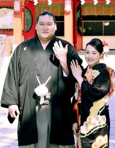 挙式した照ノ富士(左)とツェグメド・ドルジハンド夫人(代表撮影)