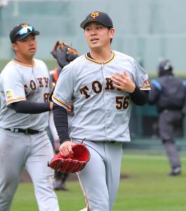 4回を投げ終え、ベンチに戻る伊藤優輔(奧は一塁手・菊田拡和)(カメラ・竜田 卓)