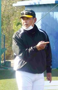 意欲的に指導を行う専大・仁村コーチ(神奈川・伊勢原市の専大グラウンドで)