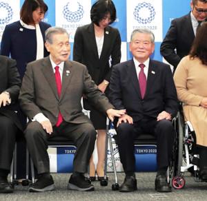 昨年2月、東京五輪・パラリンピックの選手村村長就任の記者会見を終え、組織委の森会長(左)と握手を交わす川淵氏