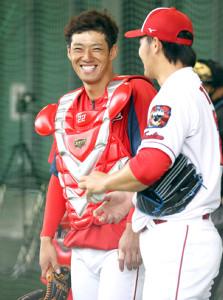 床田寛樹(右)の投球を受けた後に会話する広島・中村奨成