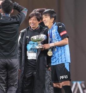 鬼木達監督(左)と天皇杯を手に笑顔を見せる川崎・中村憲剛