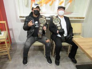 トークイベントで保持していたアジアタッグの旧ベルトを肩に記念撮影する大仁田厚(左)と渕正信