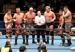 メインイベントの6人タッグマッチを戦った(左から)小島聡、天山広吉、武藤敬司、和田京平レフェリー、諏訪魔、カズ・ハヤシ、河野真幸