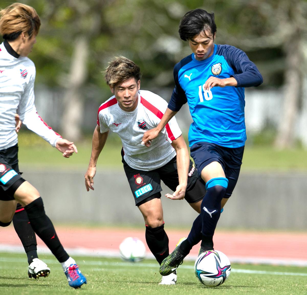 札幌との練習試合で2得点を挙げたMF三笘(右、川崎提供)