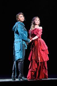 結婚式を挙げて結ばれたロミオ(礼真琴、左)とジュリエット(舞空瞳)